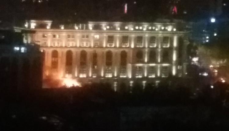 Zjarr në afërsi të Bibliotekës Universitare në Shkup (FOTO/ VIDEO)