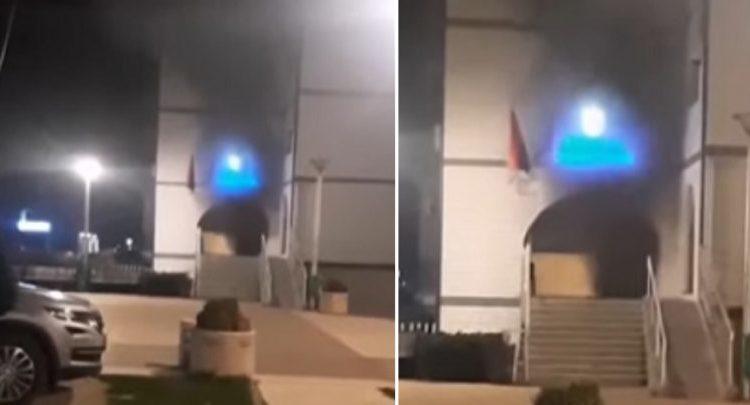 Hidhen granata dore/ Tensionohet situata në veri të Kosovës, serbët djegin qendrën e regjistrimit (VIDEO)