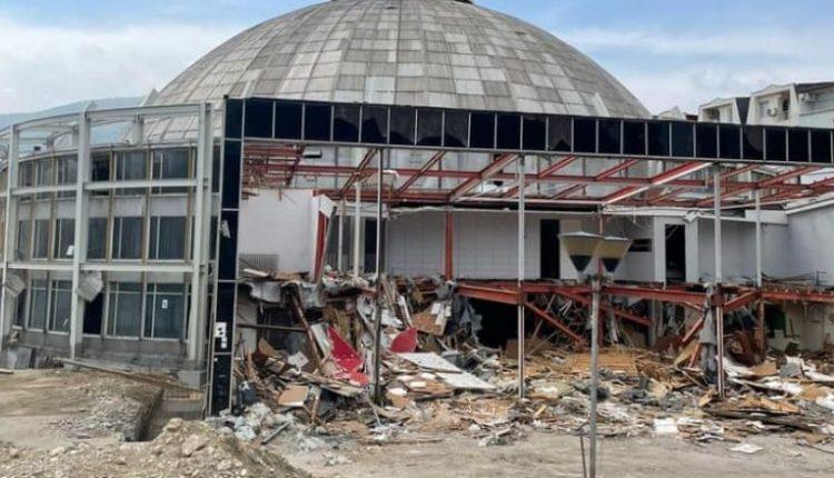 Filloi prishja e ndërtimit të vjetër të Sallës Universale në Shkup