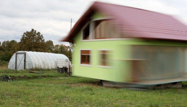 """""""Nastradini i vërtetë"""", vendos shtëpinë në rrota për hir të gruas"""
